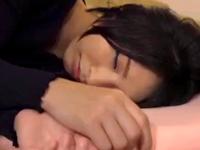 寝ている嫁の妹の両手を拘束→無理やりハメるも自ら腰を振るビッチだったw