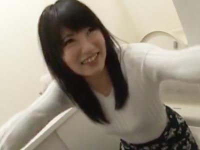 あどけない美乳娘がカメラの前で初放尿→初3Pで同時攻めされガチイキ!