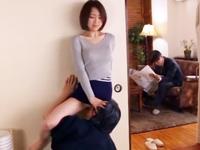 夫のいる隣の部屋で義父に襲われる美人妻→背徳感がクセになり近親相姦SEXにまで発展