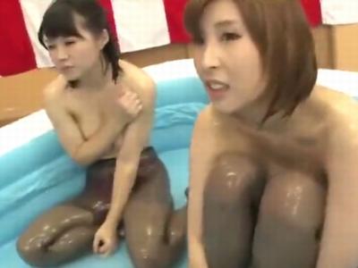 巨乳素人娘とヌルヌルローションプレイ!