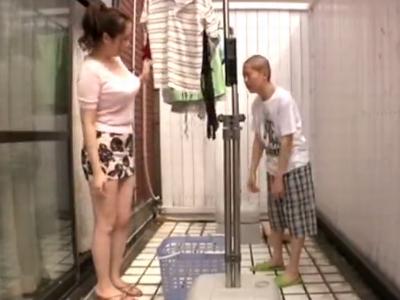 「こんなに大っきくなっちゃてぇ」発情期の息子を誘惑するビッチな母親