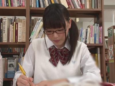 「やだ…すっごぃ」メガネっ娘女子高生に図書館で周りも気にせずパコるw