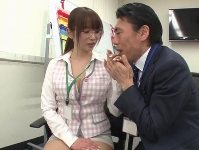 上司に迫られ抵抗する事無く膣を差し出すメガネOL