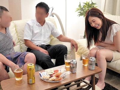 旦那が酔いつぶれて隣で寝てしまい旦那友達に寢取られた泥酔妻