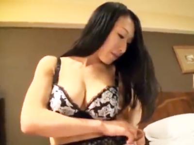 恥じらいながら服を脱ぐ清楚系美女とホテル不倫パコ