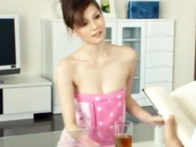 バスタオル一枚でうろつくセレブ系美女→我慢出来ずその場で生ハメ!