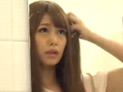 満員電車で痴漢された美少女ギャルが発情してその場でフェラ開始!