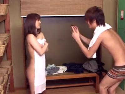 Twitterで彼女のエロ写メばっかり上げてる変態彼氏と混浴温泉でイチャパコw