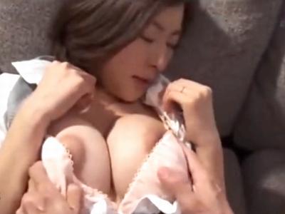 上司と愛人関係にあるボインOLが会社のソファで膣内射精ハメ