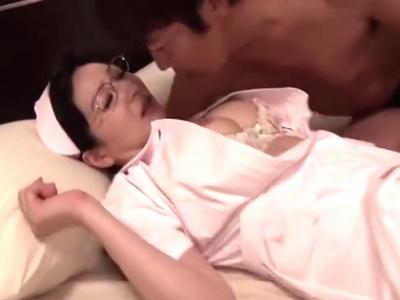 爆乳の熟女ナースが若い男を誘惑→閉経間近マンコに大量中出しw