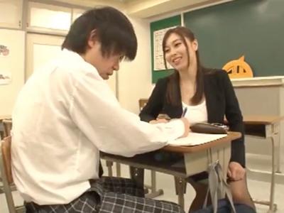 「中に出していいのよ?」女子に全くモテない男子生徒を優しく筆おろしするド痴女教師
