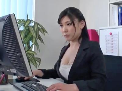 「すっごいいっぱい出たねw」真性ド淫乱な巨乳OLが部下を事務所でフェラ抜き!