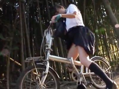 媚薬飲まされたパイパンJKが自転車のサドルでオナニーw大人に見つかって車内でハメられ絶頂w