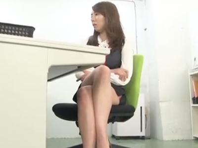 「この事は内緒ね」巨乳OLが同僚をオフィスで誘惑→手コキ&フェラでザーメン搾り取り