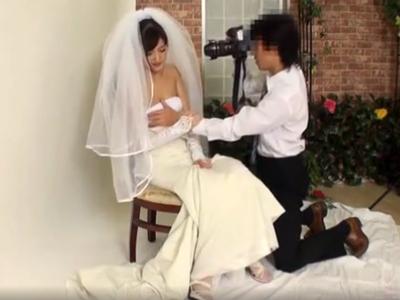 ウェンディングドレスの記念撮影なのにカメラマンとヤッちゃう不貞妻