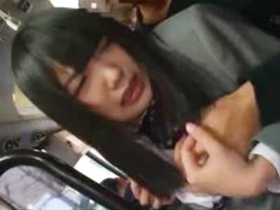 変態リーマンにバス内でチンポをハメられ声を押し殺し悶える巨乳JK