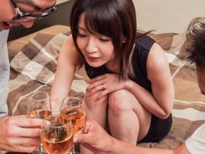 欲求不満な人妻がヤリ部屋に男連れ込んで乱交不倫ハメ!