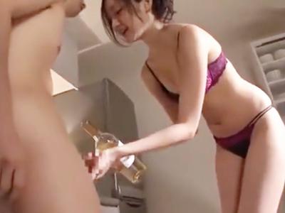 透き通る程の白肌美少女が巨根で膣奥を激しく刺激されマジイキ