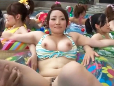 「やだっ・・なにコレ!?」プール内の時間を止め水着美女を好き放題ハメ倒す鬼畜男