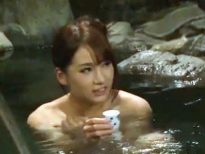 「聞こえちゃいますよぉ!」混浴露天でオッサン達に酔わされまんまとハメられちゃう美乳娘w