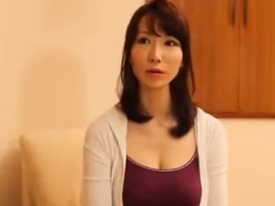 若々しい美人妻がチンポを激しく手コキフェラしてザーメン口内射精