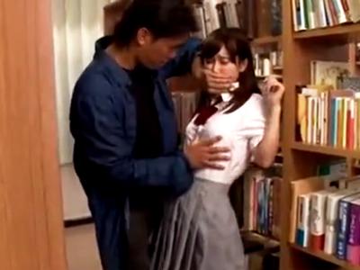 図書室で資料用の本を探していたら突然レイプされてしまう美少女JK