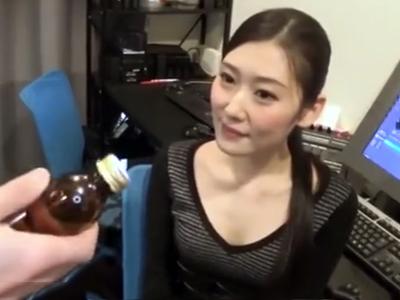 「栄養ドリンクですか‥?」媚薬ドリンクを飲ませ発情させた黒髪OLとオフィスパコ!