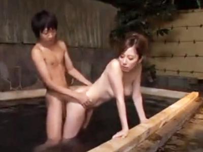 混浴露天で一緒になった初対面男といきなりパコり始めるビッチ美女w
