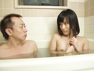 お母さんが出かけたらお風呂に突撃してくる娘と近親パコ