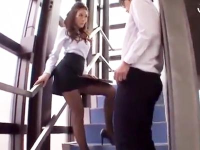 「何興奮してるの?」生徒チンポを非常階段でシゴき上げる痴女教師!