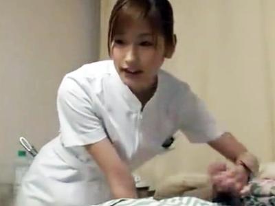 怪我でオナニーが出来ない患者の為に手コキフェラで抜いてくれる美人看護師