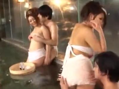「あっ///…このチンポ凄い///」浴場で並んで一斉にパコる奇抜な乱交パーティ