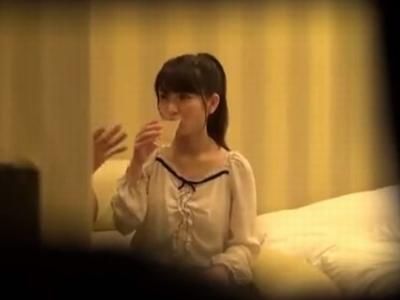 1人で自撮りしていた美少女をナンパ→ホテルに連れ込みハメ撮りw