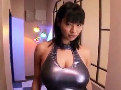 巨乳を強調して男を誘惑する痴女お姉さんにザーメン大量顔射