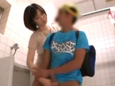 「触っていいよw」ショタ大好きお姉さんが自分から小○生たちを誘惑パコ