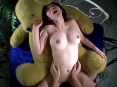 クマさん人形に目が無いたわわ乳な天然娘をデカチン調教!