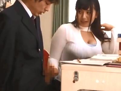 胸元をガッツリあけた巨乳家庭教師が教え子をパイズリ抜き!