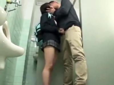 いつもの公園の公衆トイレでオッサンチンポとパコる黒髪JK