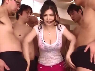 オヤジ達に囲まれ次々と肉棒を膣中へと受け入れる巨乳熟女w
