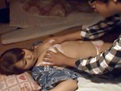 夫が寝ている横で夜這いパコされて喘ぎ声を隠す事無くマジイキ絶頂