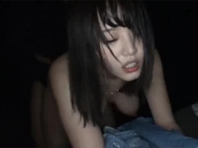 夜中に人が居ないのをいいことに野外ファックで生中出しする巨乳淫乱娘