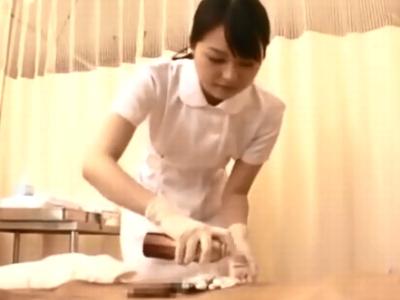 慣れない手コキで患者のチンポを射精へと導く美少女ナース