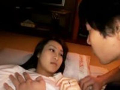 旦那が寝ている隣で敏感人妻を寝取ってパッコパコ
