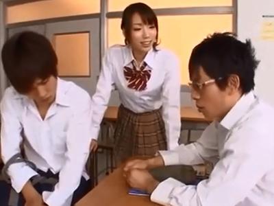 クラスメイト相手に教室で3P開始→見事に搾精するビッチJKw