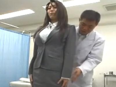 巨乳美女が欲情した医師のチンポをしかたなくパイズリ→大量射精に驚愕