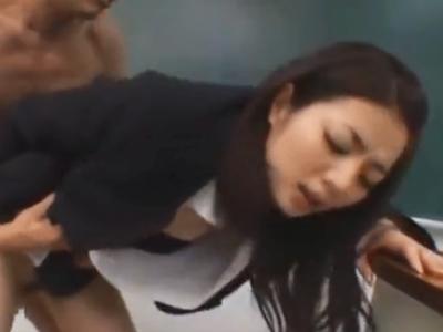 色気のある女教師が放課後の教室で生中出しパコされて本気イキ