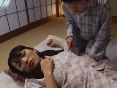夜這いされるも眠気に負けて無抵抗顔射されちゃう美少女