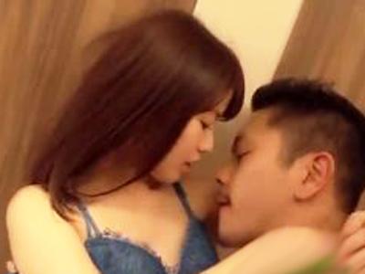 ミニマム美少女とイケメンがベッドまで待てずにベロチュー濃厚SEX開始!