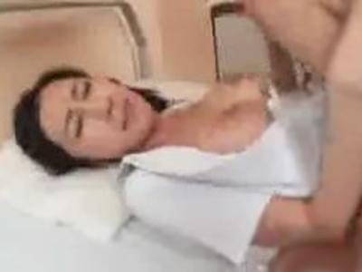 欲求不満な巨乳ナースが性欲を満たすために患者を利用w