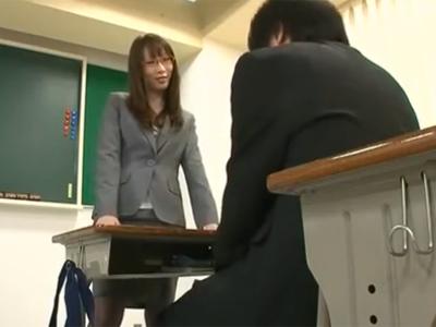 眼鏡の似合う淫乱女教師が放課後の教室で生徒チンポ堪能